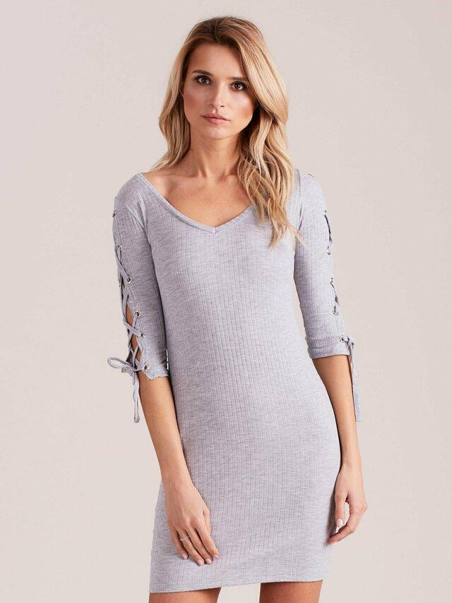 Světle šedé pruhované šaty se šněrováním na rukávech - M