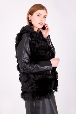 f92173d0d8c2 Dámská vesta s kožíškem v černých pásech