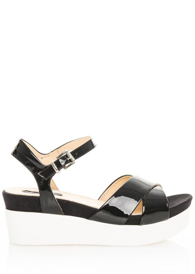 b3210d31d75d Černé lakované sandály na bílé platformě MTNG 40