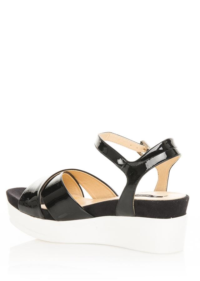 7a41f0b5aeba Černé lakované sandály na bílé platformě MTNG 40(102130) - 2