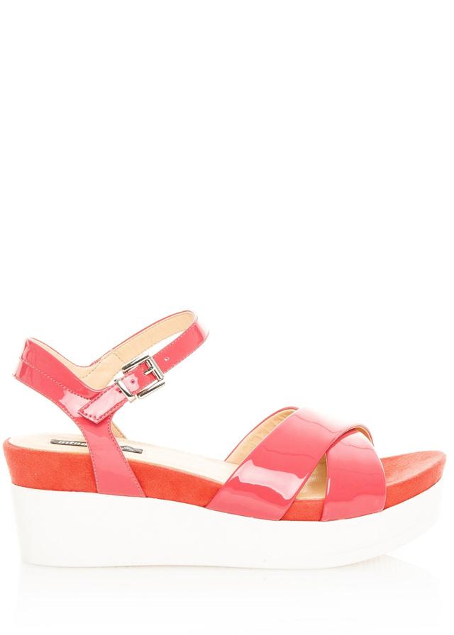 Červené lakované sandály na bílé platformě MTNG