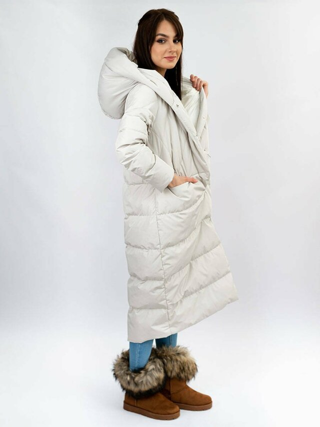 Světle šedý jednoduchý dámský zimní kabát s přírodní péřovou výplní (7120) - L (40) - šedá