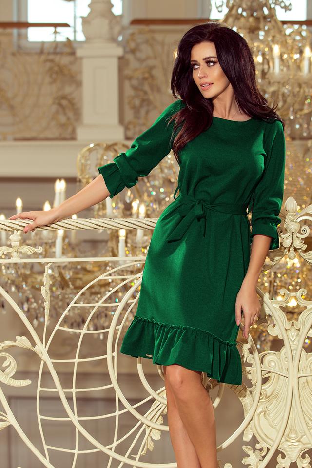dcd5aa59b74 MAYA - Dámské šaty v lahvově zelené barvě s volánky a páskem 193-8 -