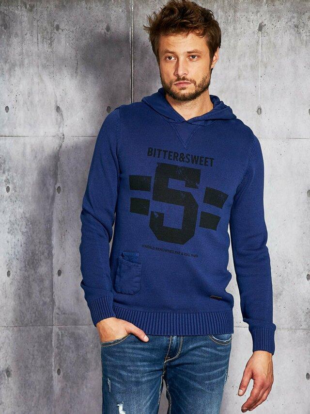 Pánský svetr s potiskem a kapucí v kobaltové barvě - L
