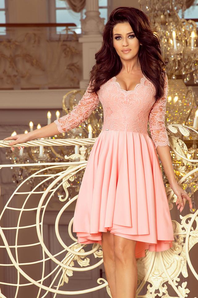 5e41548413d8 NICOLLE - Dámské šaty v pastelově růžové barvě s delším zadním dílem a s  krajkovým výstřihem 210-7