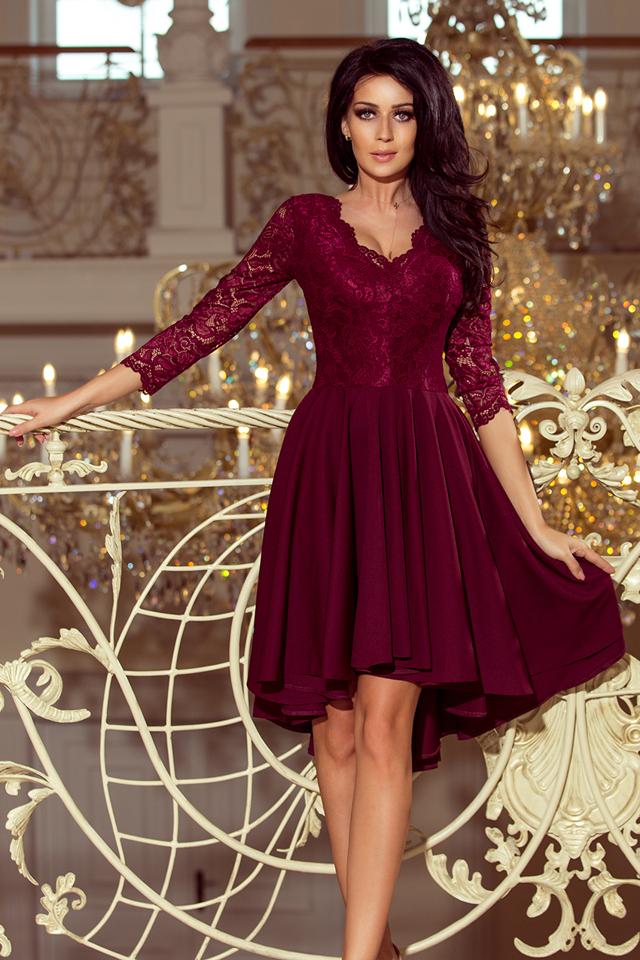 6d074f469b4 NICOLLE - Dámské šaty v bordó barvě s delší zadní částí a s krajkovým  výstřihem 210-