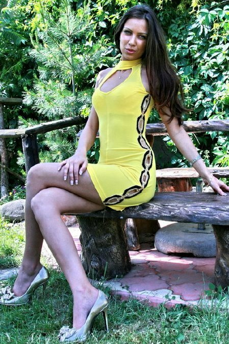 Mini šaty s průstřihy a korálky